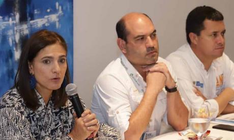 La ministra Ángela Orozco, Pedro Pablo Jurado, director de Cormagdalena y Luis Gutiérrez, vicepresidente de la ANI, durante la reunión en Barranquilla.