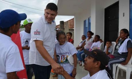 Alcalde electo de Los Córdobas entre la gente de su pueblo.