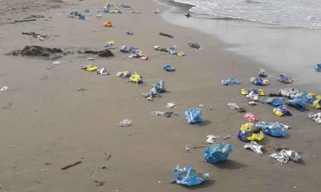 Las basuras amanecieron tiradas en las playas de Miramar, en el municipio de Puerto Colombia.