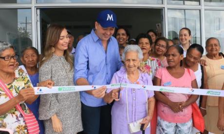 El alcalde Marcos Daniel Pineda cortó la cinta con apoyo de varios abuelos.