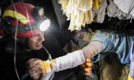 Un socorrista ayuda a una albanesa herida.