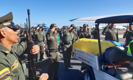 El cuerpo de William Alejandro Parrado Pedraza, uniformado muerto en Turbaco, en la ceremonia de honor en el aeropuerto Rafael Núñez.