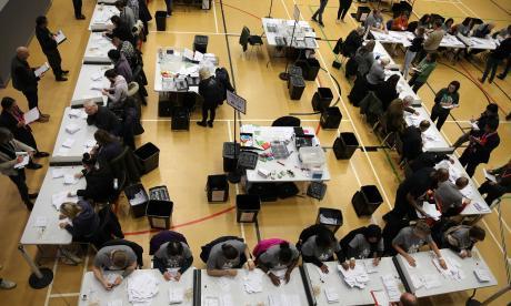 Británicos mientras participaban en las elecciones parlamentarias.