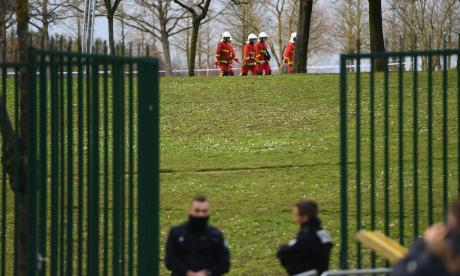 Hombre apuñala a varias personas en parque cerca de París y es abatido por la Policía