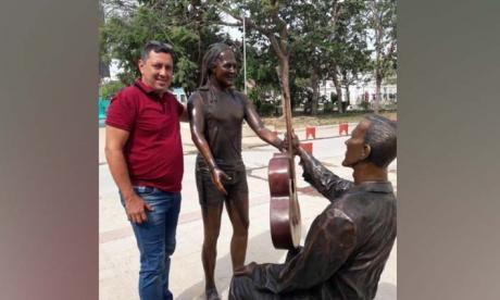 El artista Edward Barrera junto a las esculturas de Carlos Vives y Guillermo Buitrago en Ciénaga.