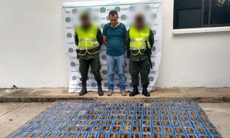 La cocaína incautada y la persona capturada.