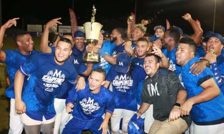 Los peloteros de Vaqueros celebran el título de la Liga Colombiana de Béisbol.
