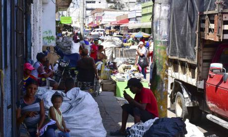 En los andenes de El Boliche se ubican comerciantes de ventas informales.
