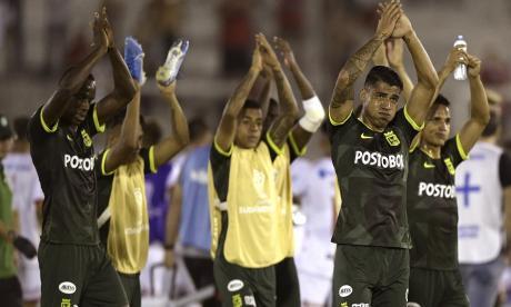 Los jugadores de Nacional saludando a la afición al final del partido.