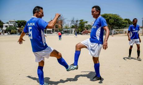 Dos de los integrantes de Abogados FC mostrando el saludo que están utilizando a raíz del coronavirus.