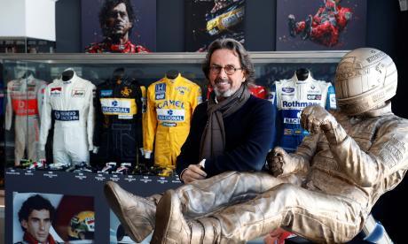 El empresario Eduardo Costabal, posa ante su colección de monos del piloto Ayrton Senna