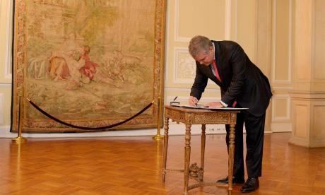 El presidente al momento de la firma de decreto.