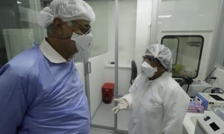 El alcalde William Dau y la bióloga Doris Gómez, coordinadora del laboratorio de la Universidad de Cartagena.