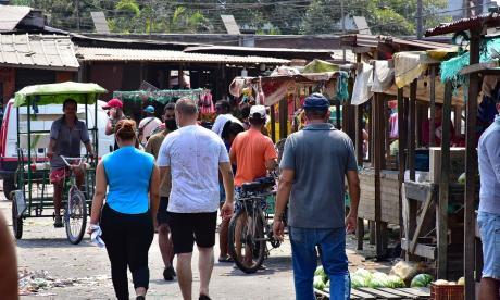 Personas transitando en el sector de Barranquillita.