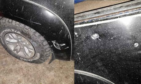 La camioneta recibió los impactos de bala que iban dirigidos, al parecer, al ganadero.