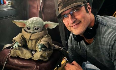 Robert Rodríguez junto a Baby Yoda.