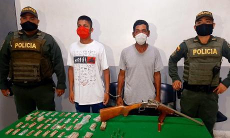 Capturan a dos hombres con un arma y droga lista para la venta