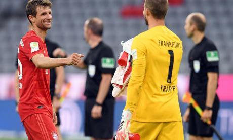 Thomas Müller se saluda con ls puños con Neuer.