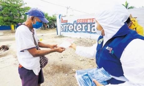 Una funcionaria del Dadis realiza pedagogía entre vecinos del barrio El Pozón de Cartagena.
