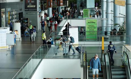 Viajeros en el aeropuerto El Dorado de Bogotá.