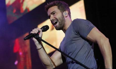 El cantante español Pablo Alborán en medio de una presentación musical.