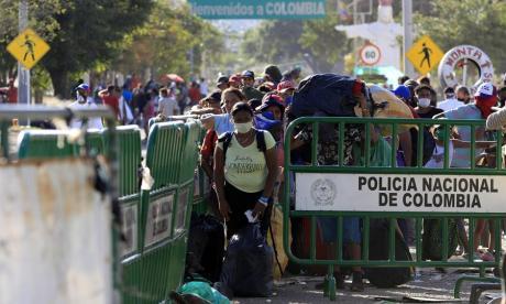 Ciudadanos venezolanos que quieren cruzar a su país, son trasladados este domingo desde el Puente Simón Bolívar hasta el Puente de Tienditas, donde permanecerán en un refugio.