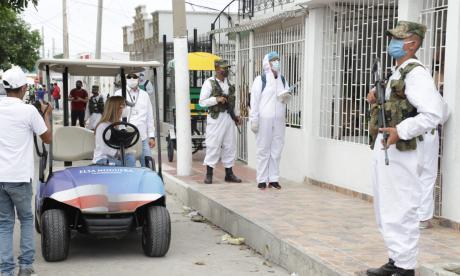 Noguera entrega tapabocas y hace pedagogía puerta a puerta en Soledad