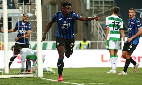 Duván Zapata festejando uno de sus dos goles ante el Sassuolo.