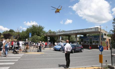 En las afueras del hospital hay muchos periodistas a la espera de los reportes del estado de salud de Zanardi.