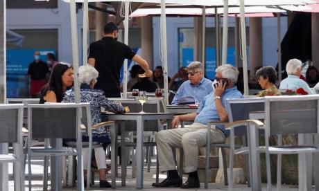 Personas en un restaurante en la plaza de la Rinconada