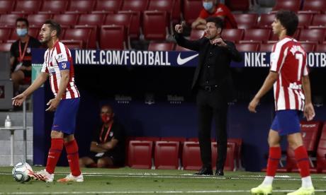 Diego Simeone entregando indicaciones en el partido entre Atlético y Alavés.