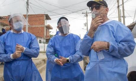 William Dau, alcalde de Cartagena, en su visita al barrio La María, uno de los sectores cercados por la administración.