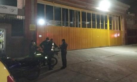Disfrazados de policías, ladrones atracan sucursal bancaria