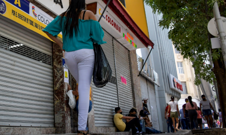 Una joven camina en el sector del Paseo Bolívar.