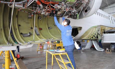 Un trabajador de Protécnica le realiza labores de mantenimiento al avión McDonnell McDouglas MD-83.