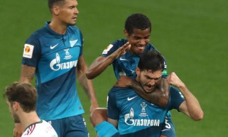 El volante cartaganero Wilmar Barrios celebra junto aun compañero en el Zenit.
