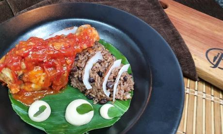 En video | Arroz de frijol en salsa de coco con pollo agridulce
