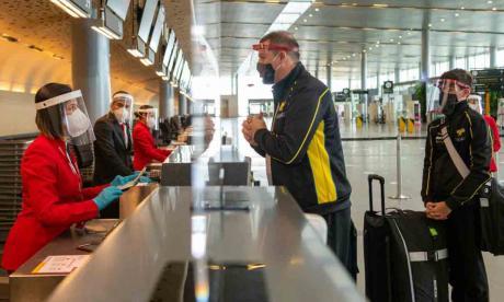 Varios deportistas se alistan para viajar a Europa desde El Dorado en Bogotá.