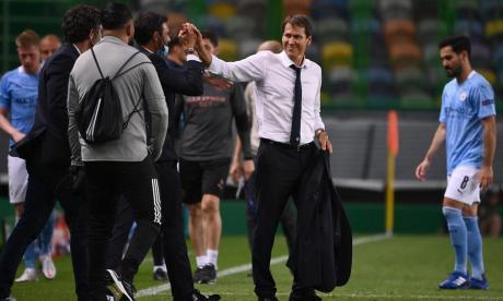 Rudi García mientras era felicitado por su cuerpo técnico tras la victoria 3-1.