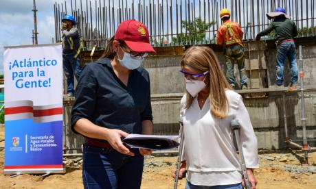 La gobernadora Elsa Noguera supervisa los planos de la obra.
