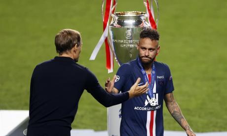 Thomas Tuchel y Neymar recibiendo la medalla por el segundo lugar.