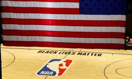 """La duela de la NBA en la burbuja de Disney estuvo sin acción y con el mensaje que """"las vidas negras importan""""."""