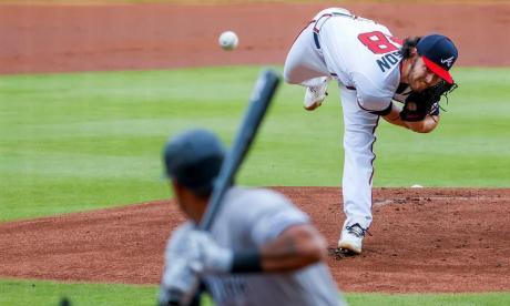 Ian Anderson, pitcher abridor de los Bravos en el primer juego, lanzándole a Mike Tauchman.