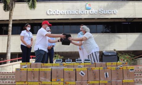 El gobernador de Sucre recibiendo los equipos.