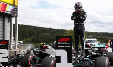 Lewis Hamilton dedicó la 'pole' al actor estadounidense Chadwick Boseman, protagonista de 'Black Panther', fallecido el viernes a los 43 años.