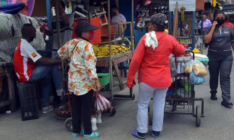 Varios vendedores informales en el centro de Barranquilla.