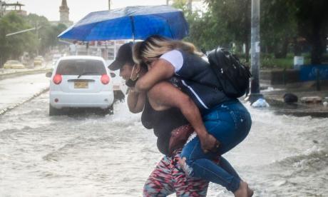 Un par de mujeres atraviesan la calle Murillo.