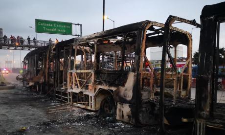 Buses quemados y saqueos al comercio, entre los daños por protesta en Bogotá