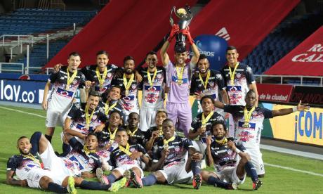 La celebración de los jugadores de Junior con el trofeo de la Superliga.