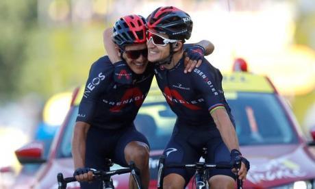 El polaco Michal Kwiatkowski celebrando con su compañero Richard Carapaz.